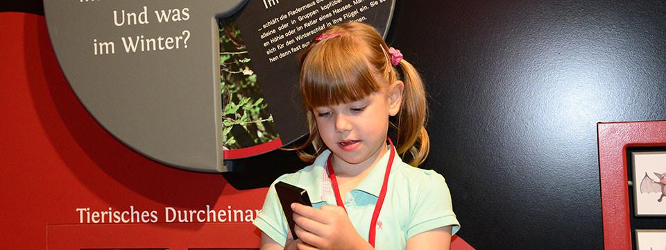 Kind in Ausstellung