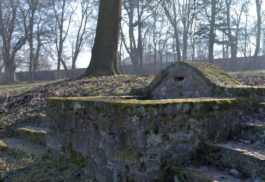 Dieses noch heute erhaltene Sandstein-Wasserbecken grenzte an den Tennisplatz.