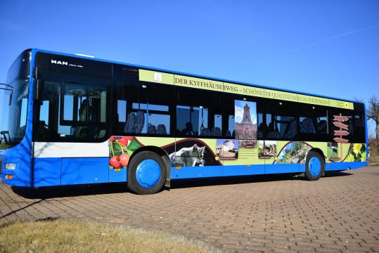 Linienbus mit Werbung vom Naturpark Kyffhäuser