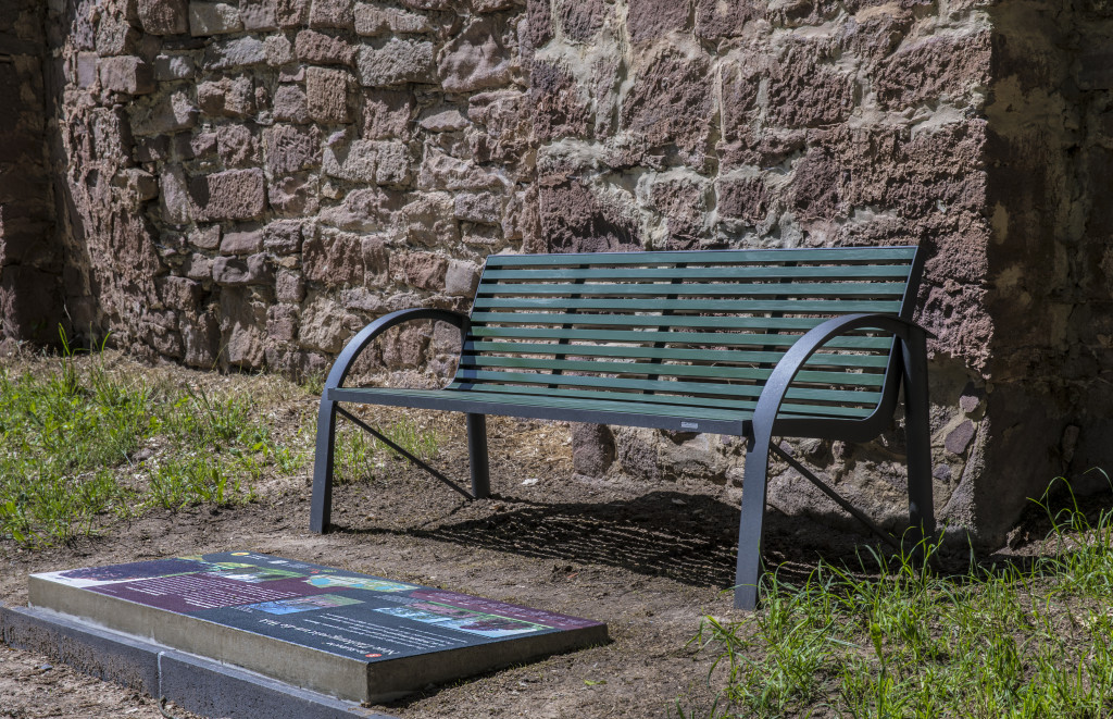 innovative Bodentafeln im englischen Garten informieren über alles Wissenswerte zum Barockdorf Bendeleben